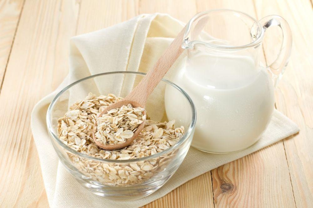 La leche repara las manos agrietadas suavizando la piel.