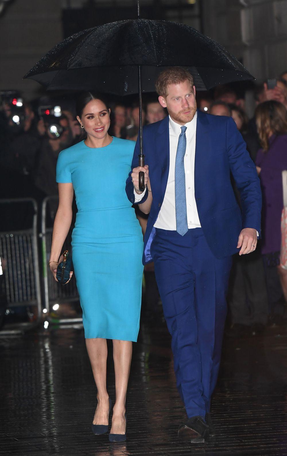 Meghan Markle y el príncipe Harry en uno de sus últimos actos como...