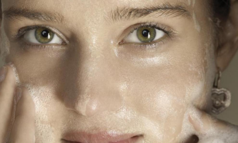 Es importante dedicar tiempo a la limpieza facial para mantener la...
