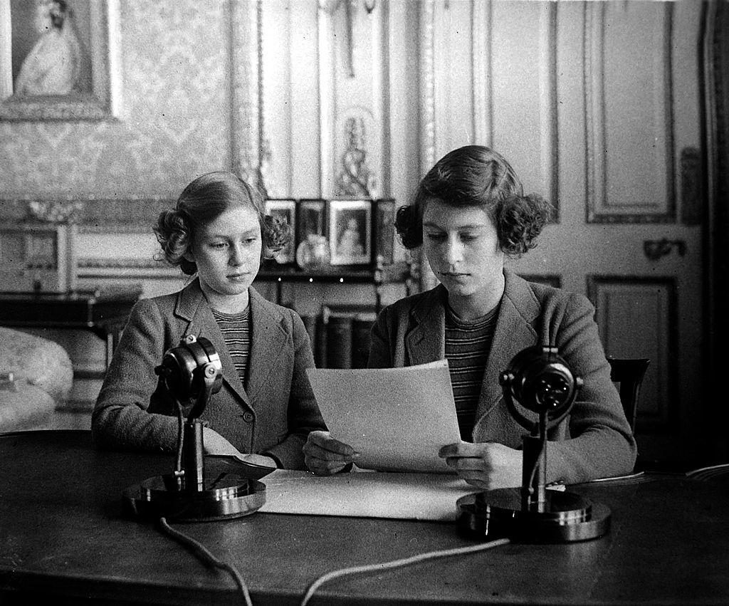 La princesa Margarita y la princesa Isabel en su primer discurso radiofónico a lo niños de Reino Unido durante la II Guerra Mundial el 13 de octubre de 1940.