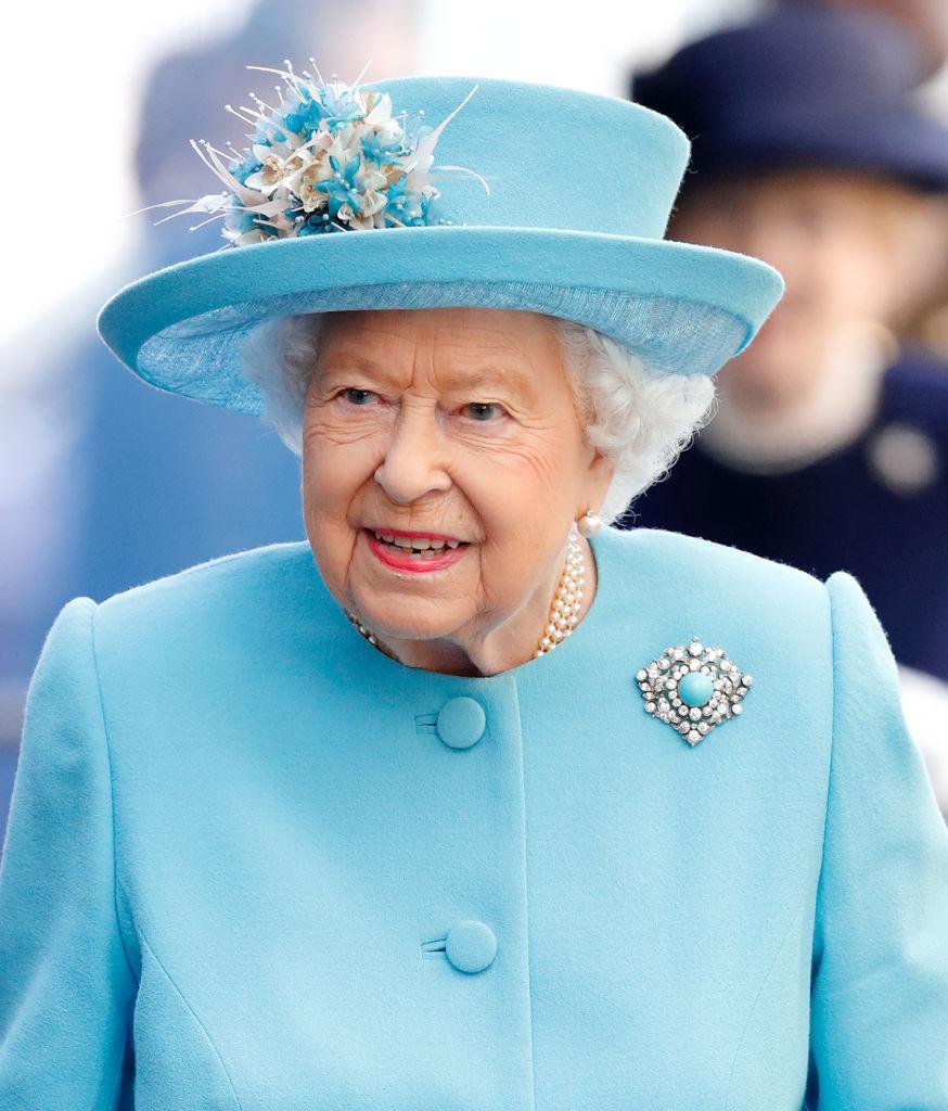 La reina de Inglaterra con el broche que perteneció a la reina Mary (1867-1953) con motivo del centenario del aeropuerto de Heathrow el 23 de mayo de 2019.