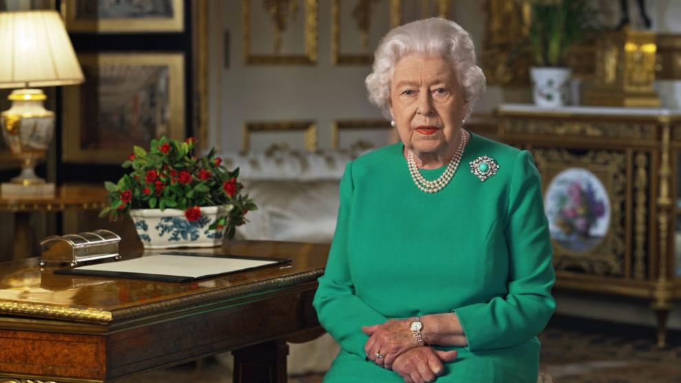La reina de Inglaterra, Isabel II, durante su discurso desde el...