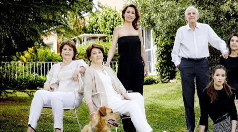 Marisa (junto al perro) con su marido, sus hijas y una nieta en su...