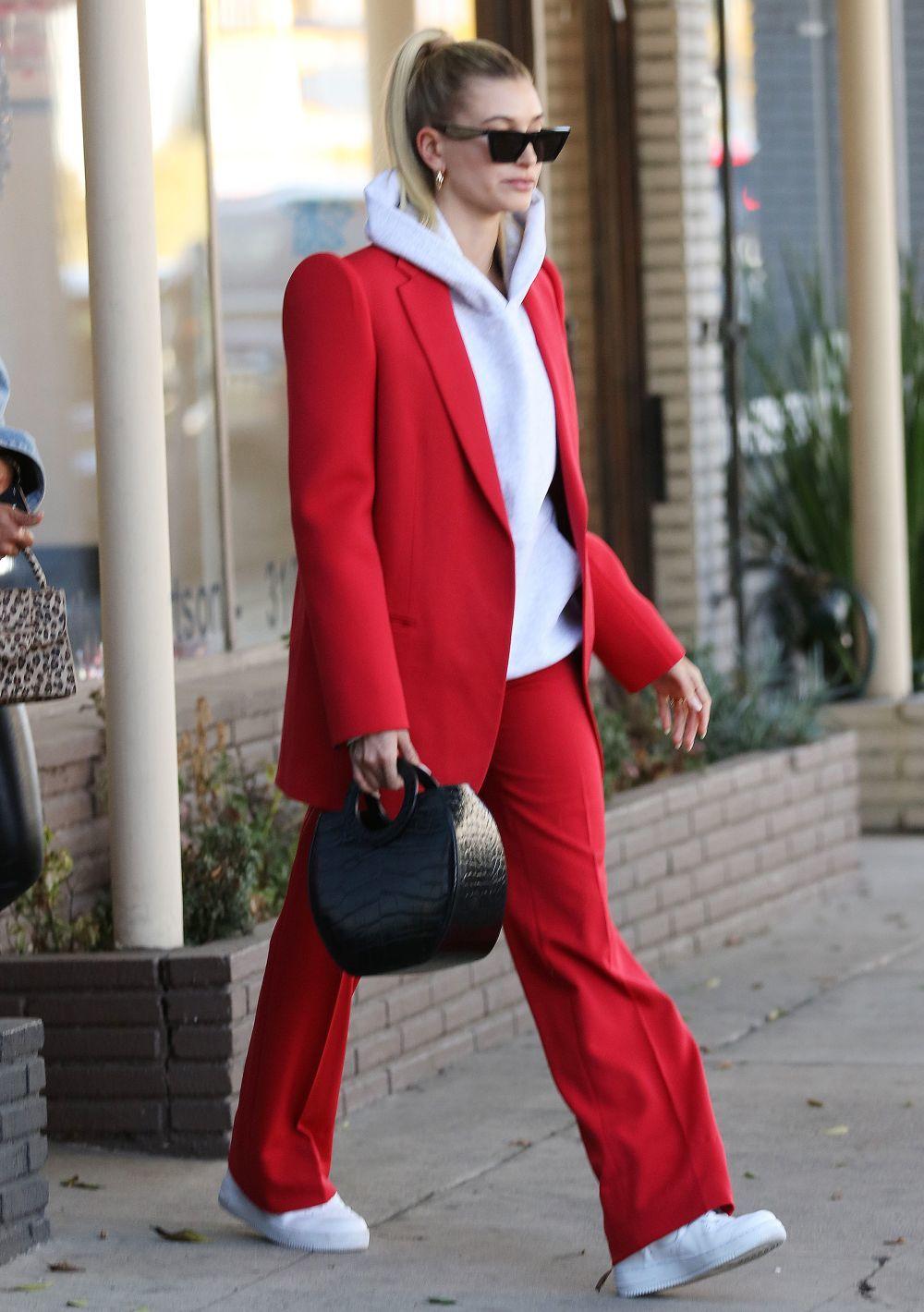 Hailey Baldwin con zapatillas blancas.