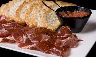 El clásico aperitivo de jamón con tomate de Joselito.