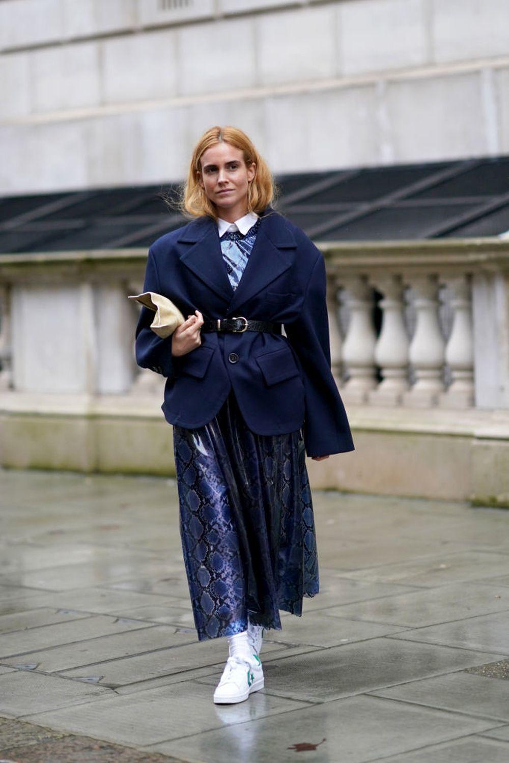 Blanca Miró con zapatillas blancas.