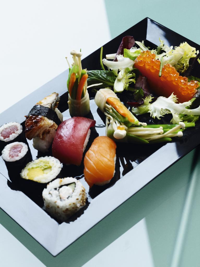 Bandeja de piezas de sushi y rolls de Kabuki.