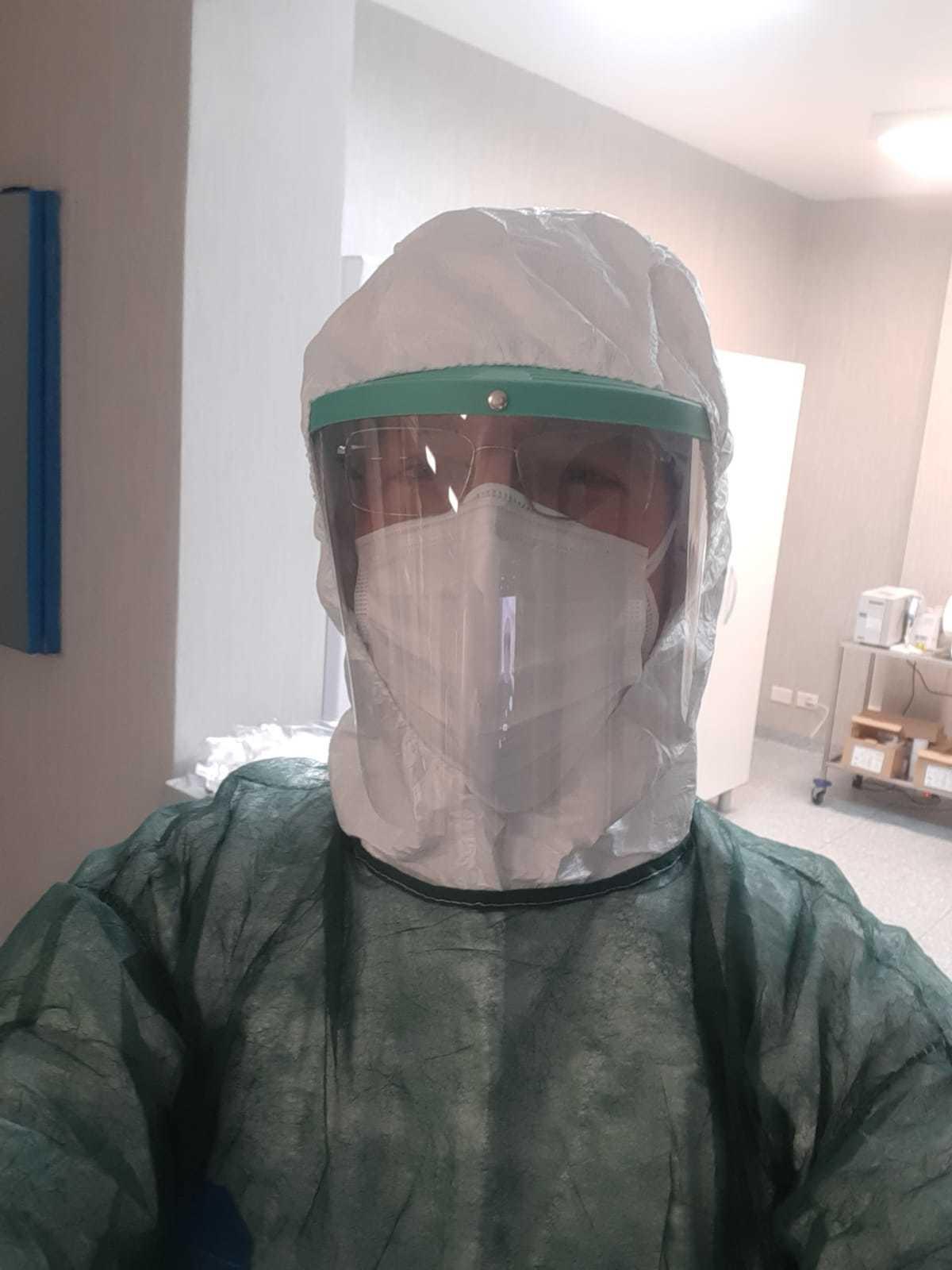 Nicola Tasca, protegido por su equipo de protección individual, en su trabajo como enfermero en el hospital de Bollate, en Milán.