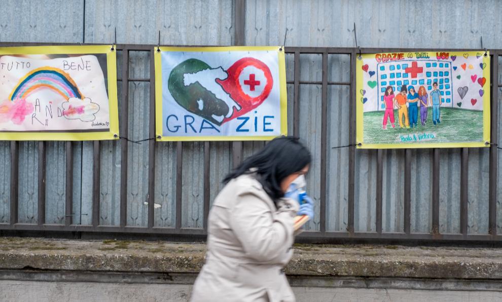 Un hospital de Milán, con mensajes de apoyo a los sanitarios en la...