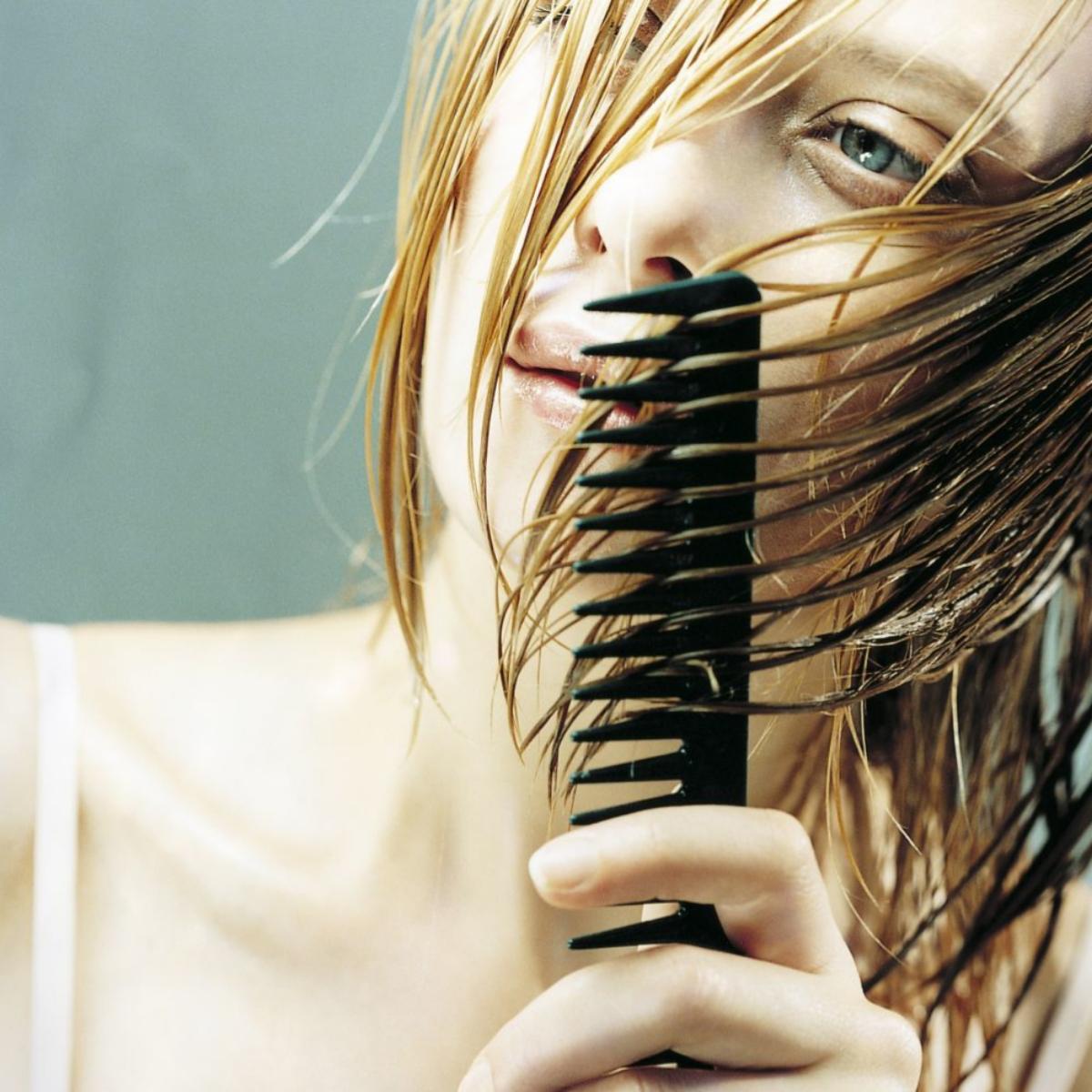 Desenredar tu pelo en seco y rápido puede romper la cutícula de la fibra capilar y castigar tu melena haciendo que se parta y se caiga más de la cuenta.