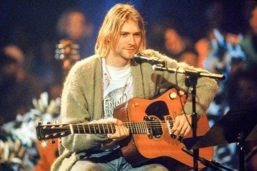 Kurt Cobain y su preciada chaqueta durante el MTV Unplugged de 1993.