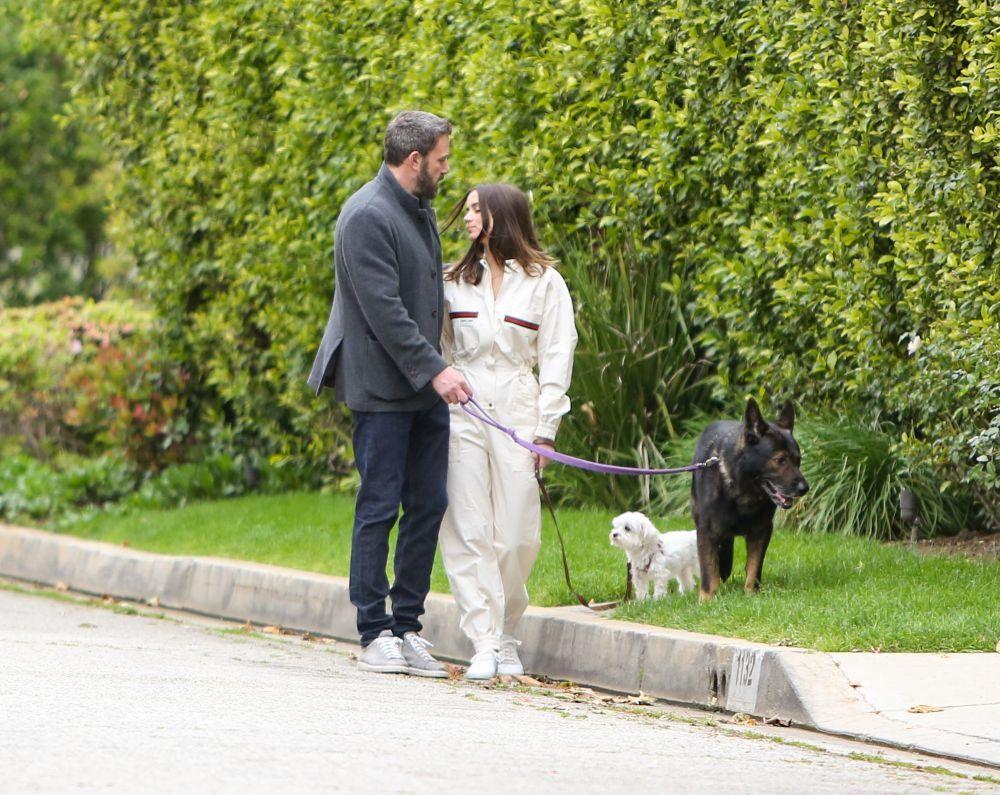 La pareja paseando a sus mascotas.