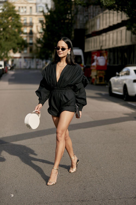 Las sandalias doradas se convierten en favoritas del street style.