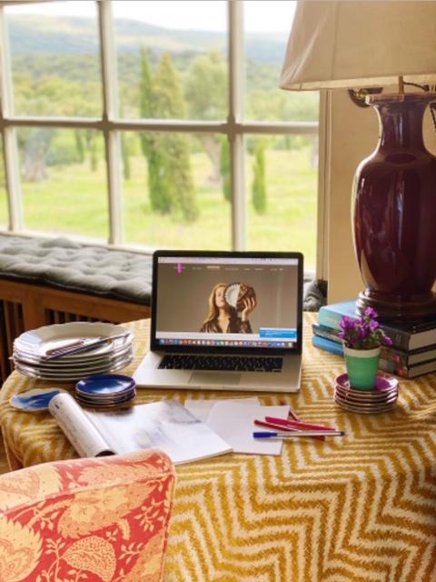 Un estudio con vistas privilegiadas, así es el espacio creativo de Juqui Suárez de Lezo, socia de una de las marcas de cerámica que más nos gustan, Molecot.