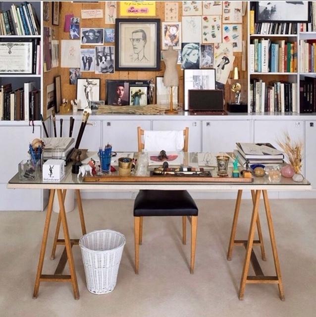Así se ha conservado en el Museo de YSL en Marrakech el espacio de trabajo del diseñador. Fotos de sus musas, cuadernos de trabajo, sus gafas y hasta una escultura en miniatura de su perro Mojik.