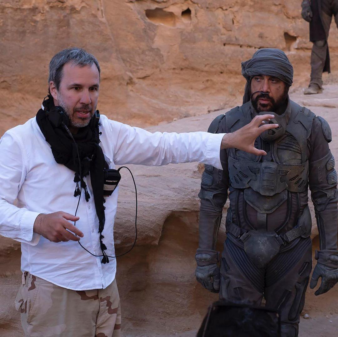 El director de Dune 2020, Denis Villeneuve, dándole instrucciones a Javier Bardem.