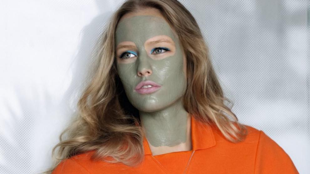 Aplica tu mascarilla sobre la piel limpia y preferiblemente, después de haber realizado un pequeño peeling para eliminar las células muertas de tu piel.