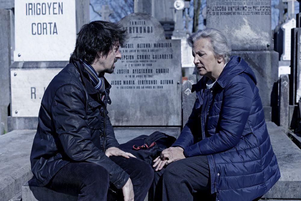 Elena Irureta, en el papel de Bittori, recibe instrucciones de uno de los directores, Féix Viscarret.