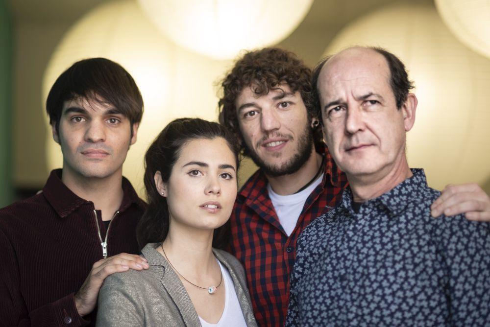 De izquierda a derecha, Gorka (Eneko Sagardoy) y sus hermanos Arantxa (Loreto Mauleón) y Joxe Mari (Jon Olivares) y su padre en a ficción, Joxian (Mikel Laskurain).