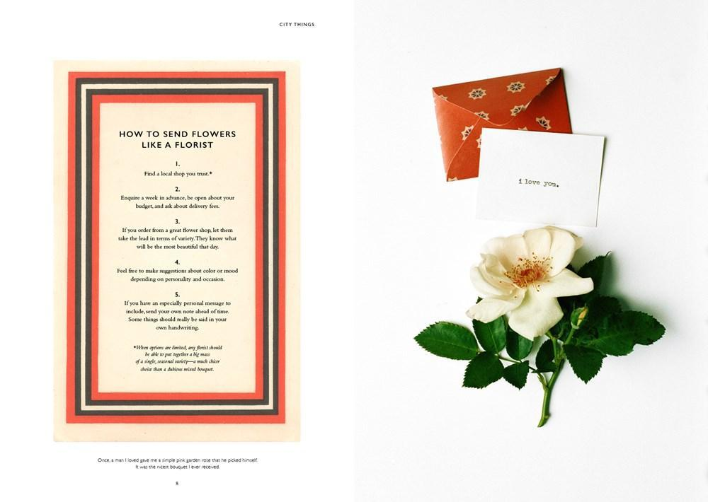 INterior del libro On flowers de Amy Merrick. En estas páginas la autora propone vivir como una flor: Perfuma tu piel  con esencia de rosas  y adorna tu ropa con  un insecto joya; pon una gardenia en tu pelo o vístete con algo de seda estampada.