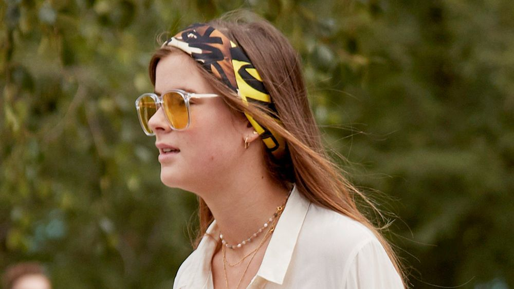 Desde el street style de Copenhague nos llega esta idea setentera de llevar la bandana estampada muy pegadita a la frente para apartar el pelo de la cara y como complemento a unas gafas XXL.