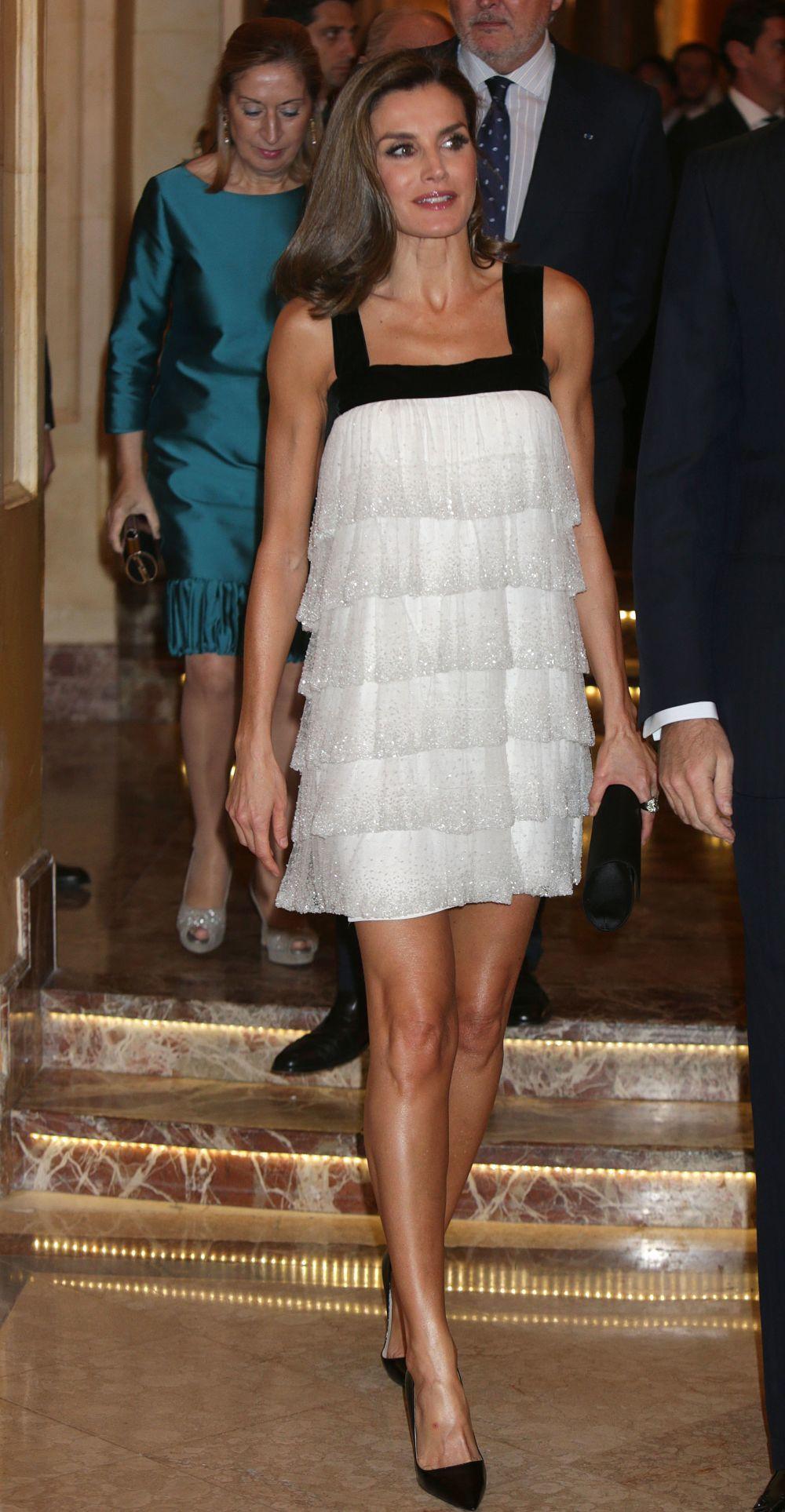 La reina Letizia presume de piernas, sin medias.
