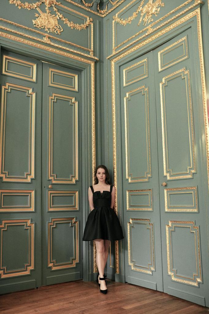 Alexandra de Hannover lleva vestido de lana y seda efecto shantung y zapatos de ante negro de Dior.