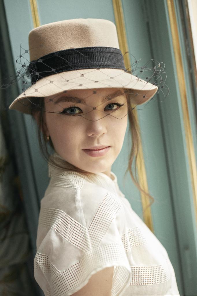 """Vestido de organza con guipure marfil y sombrero con velo """"Dior Parisian"""". Todo, Dior."""