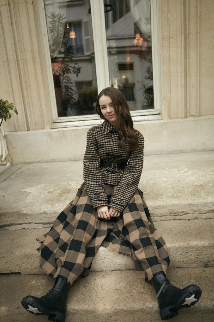 En la imagen, Alexandra lleva chaqueta con estampado  pata de gallo, falda de cuadros, y cinturón. Todo, Dior.
