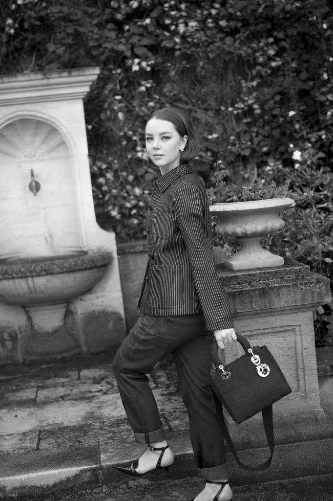 """Traje compuesto por chaqueta de rayas y pantalón vaquero; zapatos escotados, y bolso modelo """"Lady  Dior"""" con estampado cannage. Todo, Dior."""