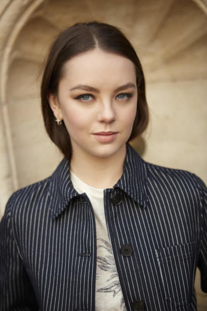 """Alexandra, que en  la imagen lleva sus propios pendientes, con camiseta estampada """"Toile de Jouy Tropicalia"""" y chaqueta de rayas, ambas, Dior."""