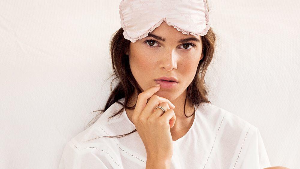 Durante la noche, los procesos celulares llegan a su máximo nivel de producción de colágeno y elastina y un correcto descanso permite a la piel restaurar su vitalidad.