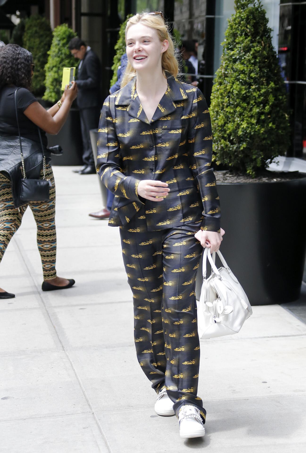 """Elle Fanning en Nueva York con su """"pijama"""" de Prada."""