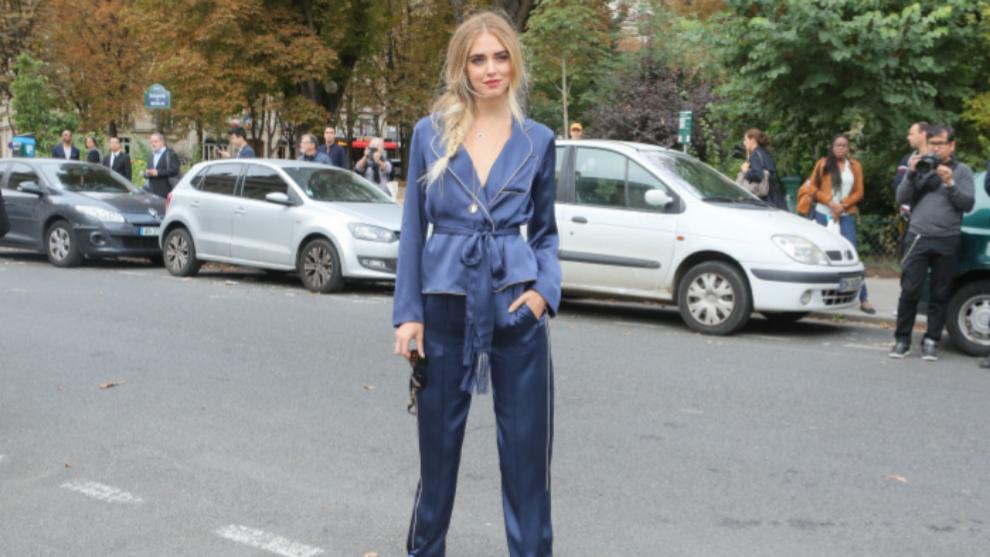 Chiara Ferragni posando con traje-pijama en París.