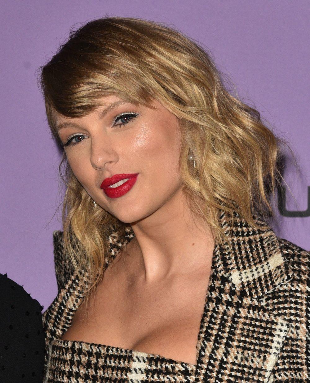 Taylor Swift con un corte swag a la altura de la clavícula.