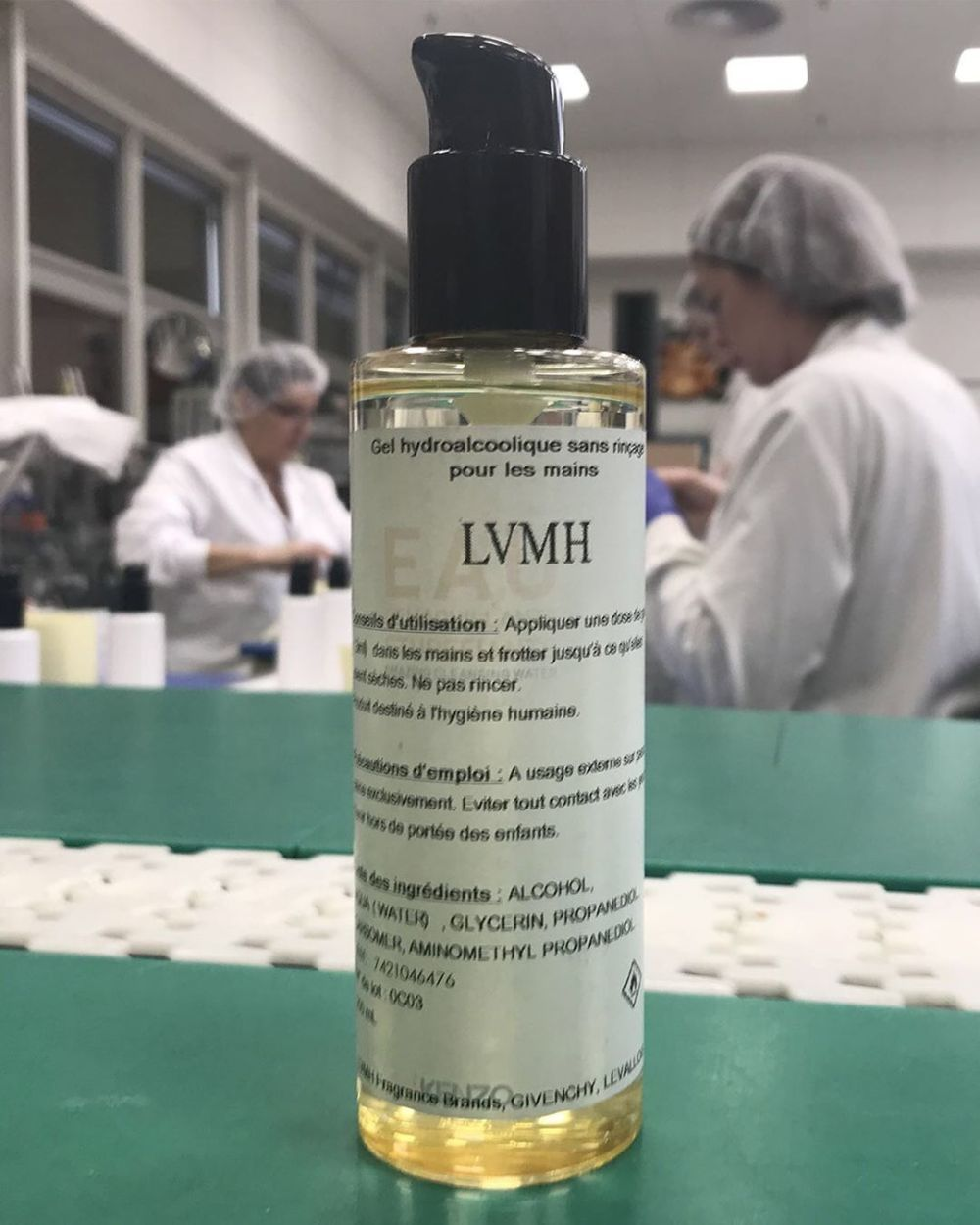 Gel hidroalcohólico de la fábrica de Guerlain de LVMH para combatir...