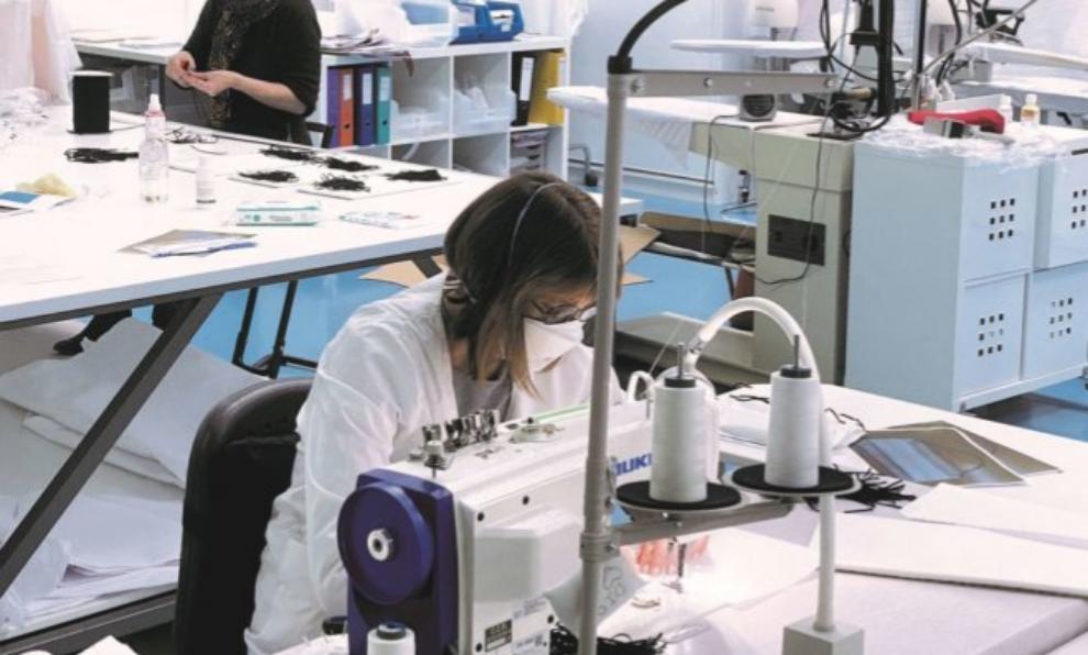 Costureras del taller Baby Dior cosen mascarillas para proteger del...