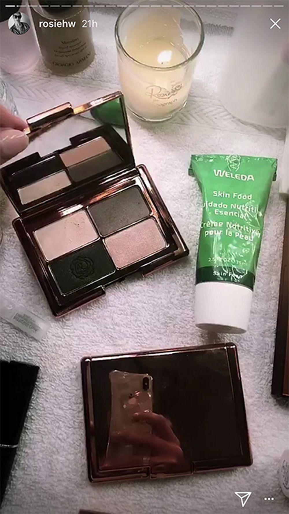 La crema Skin Food no falta en el bolso de Rosie Huntington ni en sus rituales de belleza.