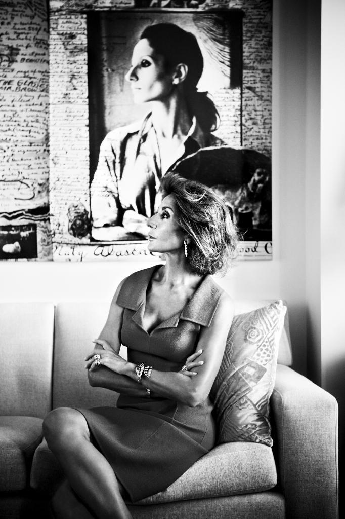 Naty Abascal en su casa de Madrid frente al collage que le hizo Peter...