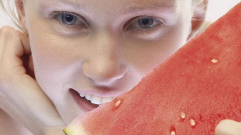 Incluye alimentos diuréticos en tu dieta para prevenir la retención...