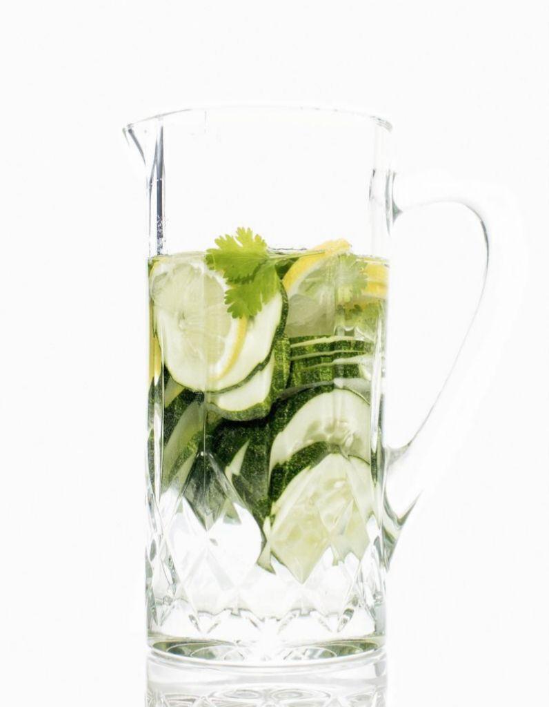 Consume pepino en ensalada, en sandwich o añadiendo unas rodajas a tu limonada casera.