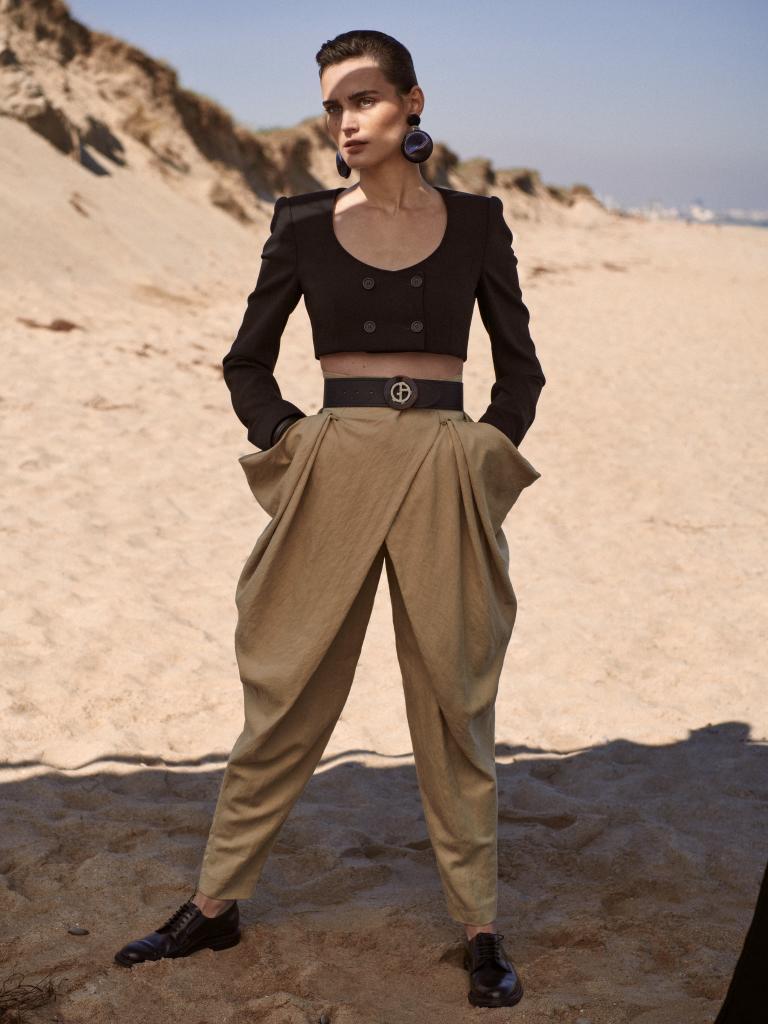 Chaqueta con doble botonadura, Dolce & Gabbana; pantalón bombacho, Alberta Ferretti; zapatos masculinos, Church's, y pendientes y cinturón, Giorgio Armani.