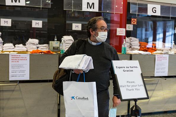 Su protocolo es como el de todos los héroes de estos 35.000 metros cuadrados. A fecha de hoy no se ha contagiado de coronavirus lo que le permite seguir en primera fila y ayudar a los demás que es lo único que es su prioridad en estos momentos. Foto: Getty Images.