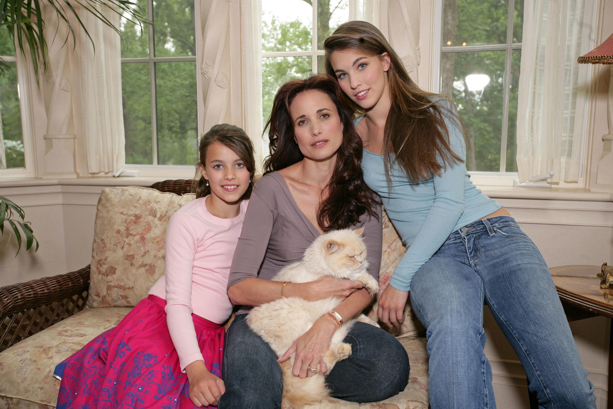 Andie en 2005 con sus hijas Rainey y Sarah Margaret.