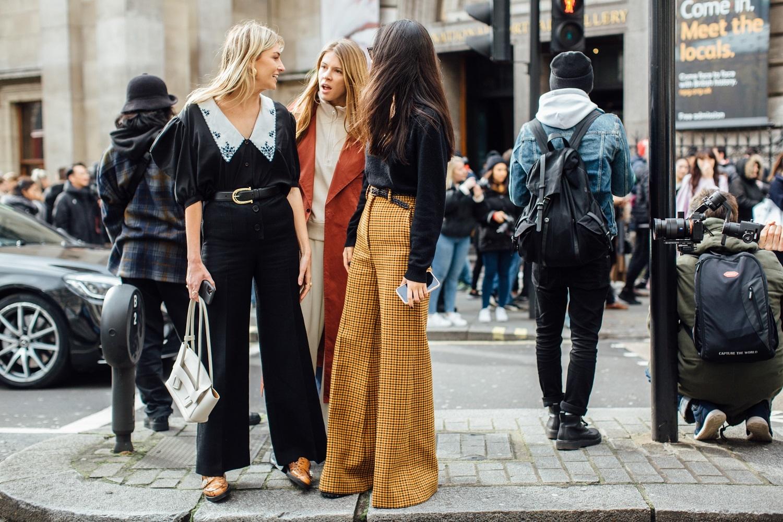 Editoras de moda y estilistas a la salida de un de los desfiles la última semana de la moda de Londres.