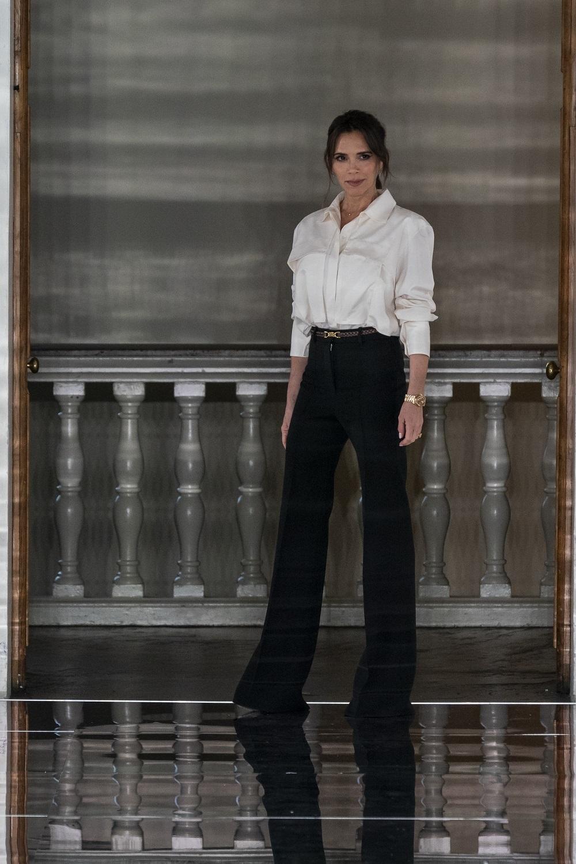 Victoria Beckham saludando después de presentar su colección en la semana de la moda de Londres en febrero 2020.