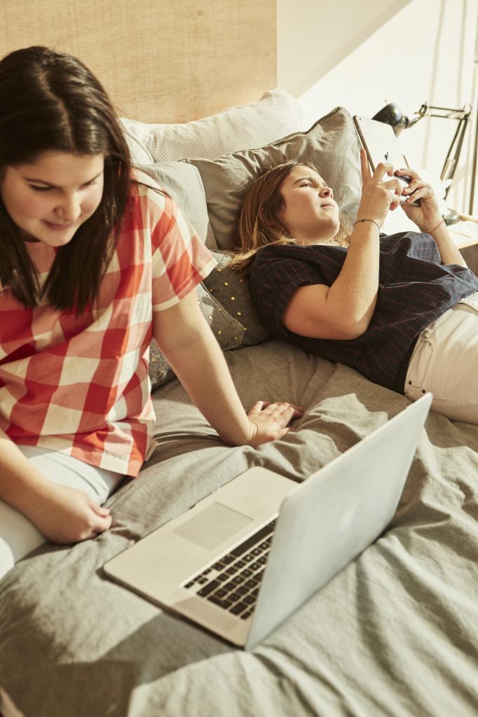 Es importante permitirles el contacto con sus amistades y dejarles intimidad.