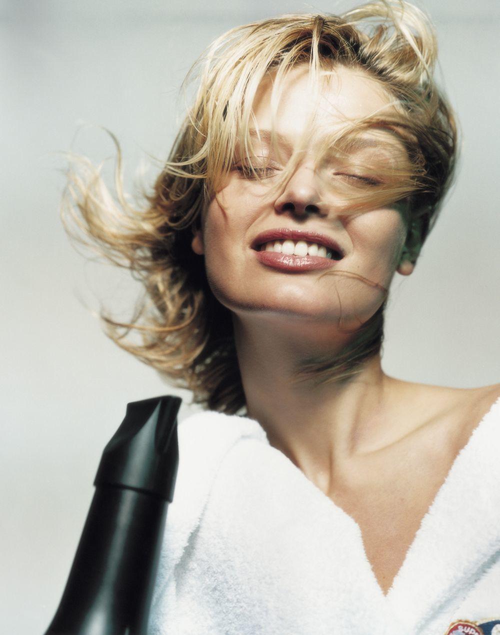 Cuando comiences a sentir que el cabello se calienta, es la señal para comenzar a peinar con el calor del secador y la ayuda de un cepillo redondo o de pala.