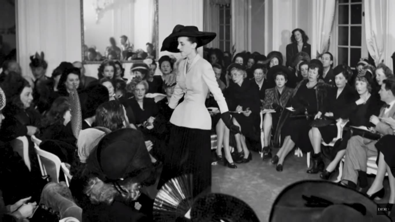 El 12 de febrero de 1947 fue el primer desfile de Dior, en el número 30 de la avenue Montaigne. Supuso la revolución del New Look.