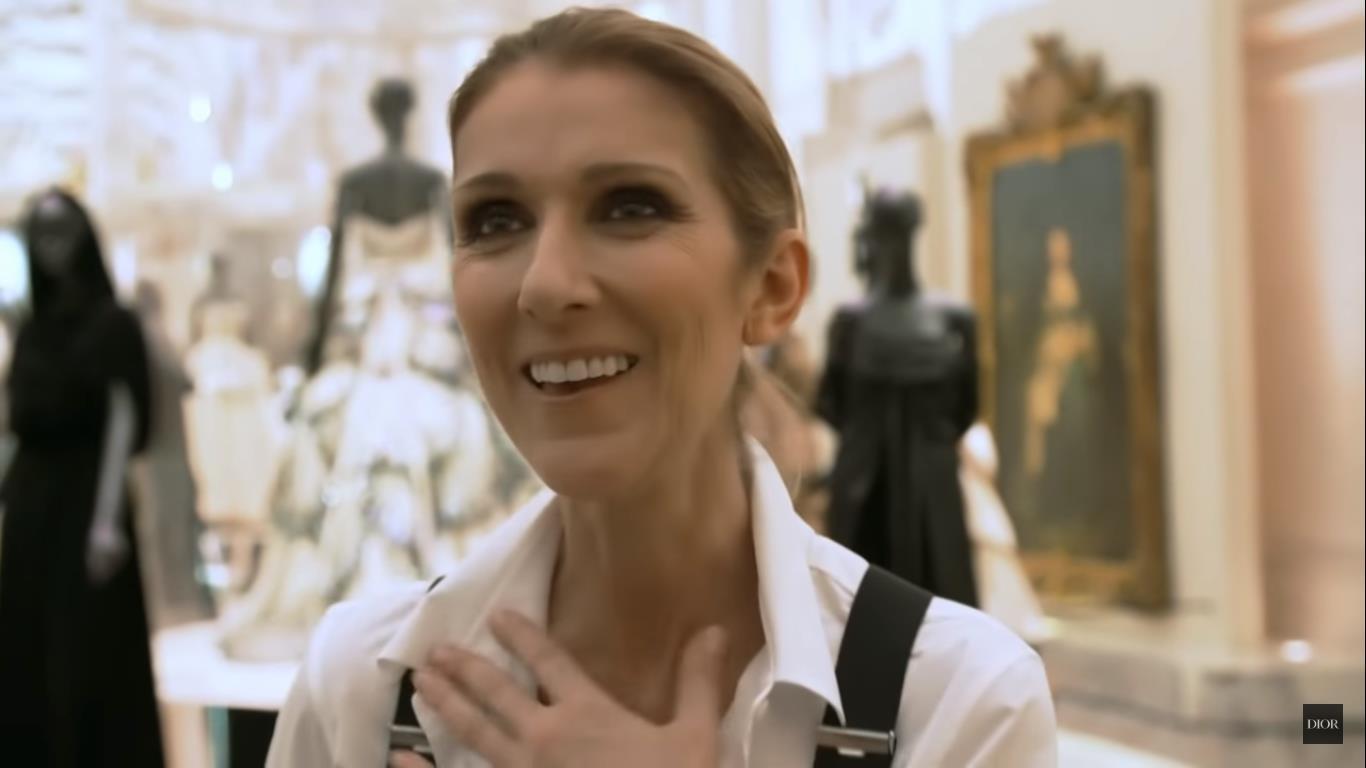 Celine Dion visitó la exposición de Dior en París.